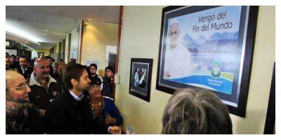 Se descubrió en Ushuaia la imagen autografiada del Papa Francisco