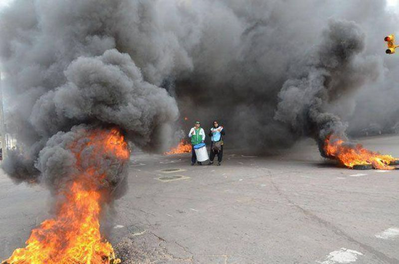 Movilización de los estatales: otro piquete con quema de gomas en Luro y España