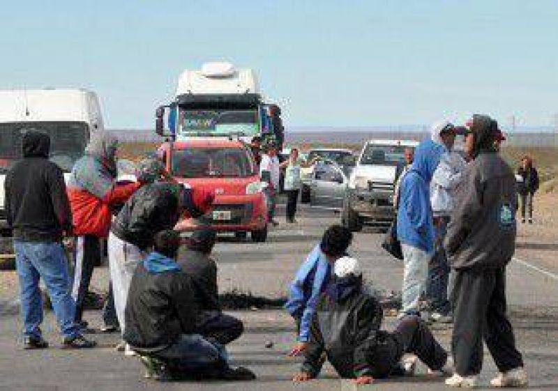 Desocupados de la UOCRA cortan la Ruta 22, en Plaza Huincul