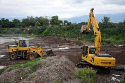 Trabajos de saneamiento en el río Arenales