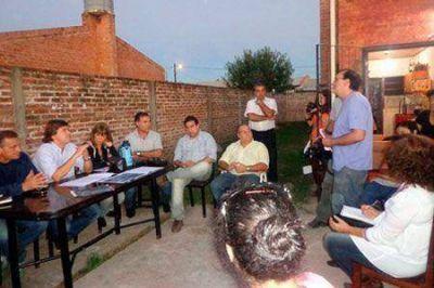 Reunión de funcionarios municipales en el barrio Carpincho Macho