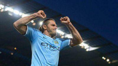 Con tres goles argentinos, el City sigue vivo en la Premier League