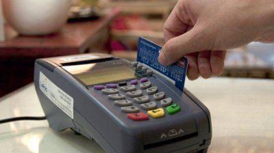 Se desplomó un 50% el consumo de los argentinos en dólares y con tarjeta