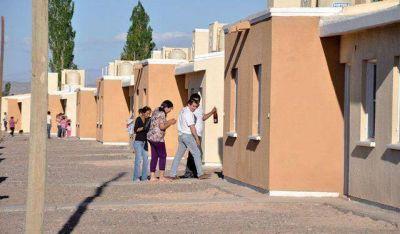 Firman contrato para 1000 viviendas y en dos semanas, licitan 3000 más