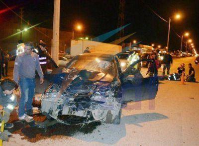 Corrían una picada y embistieron a una camioneta detenida en un semáforo