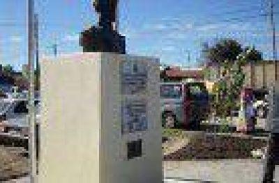 Con nuevo espacio, reinauguraron el monumento a Machado