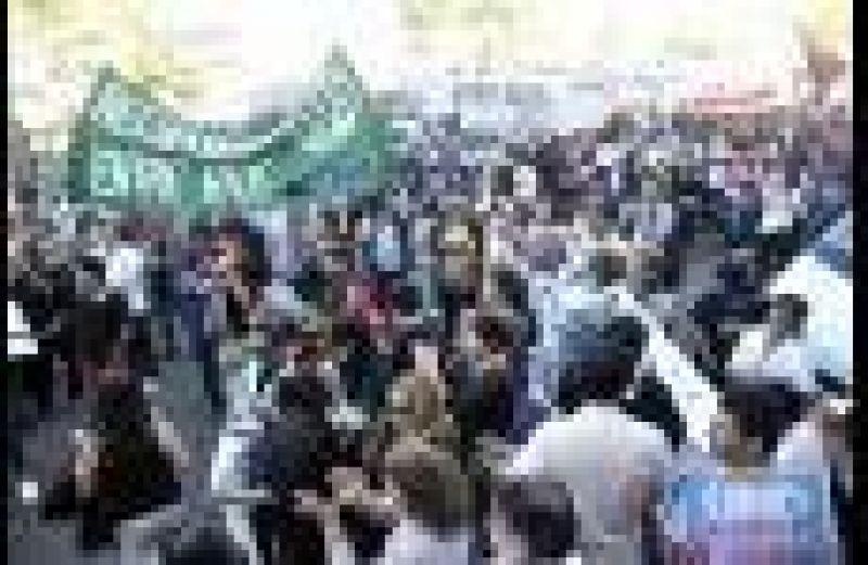 Trabajadores de salud y docentes de Paraná expresaron sus reclamos frente a Casa de Gobierno