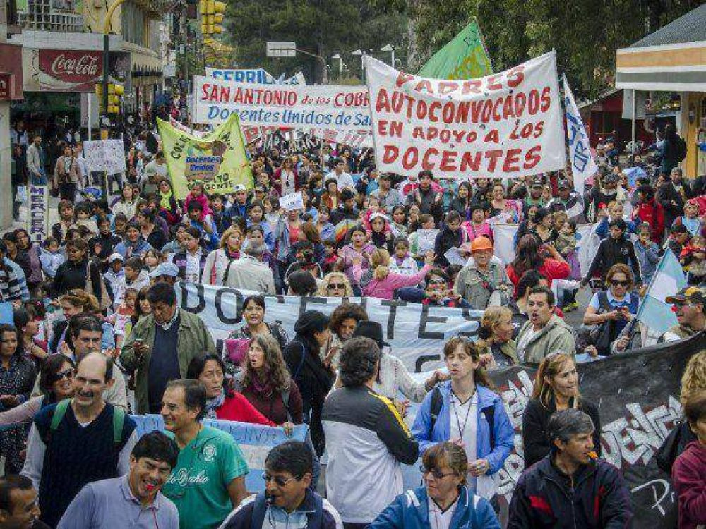 Otra masiva manifestación ratificó el paro de los docentes