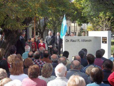 Emotivo homenaje a Alfonsín y la democracia