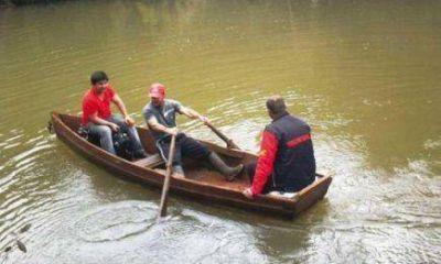 Tras la tragedia, vecinos de Acaragua cruzan el arroyo en canoa