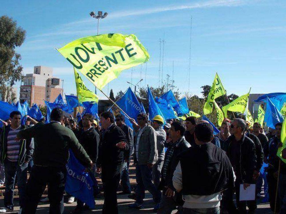 Sorpresiva movilización conjunta de UOCRA, Camioneros y el gremio de los petroleros