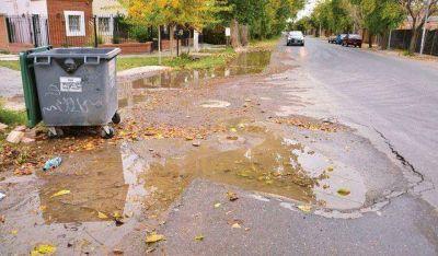 Se rompi� un ca�o y el agua potable corre por las calles