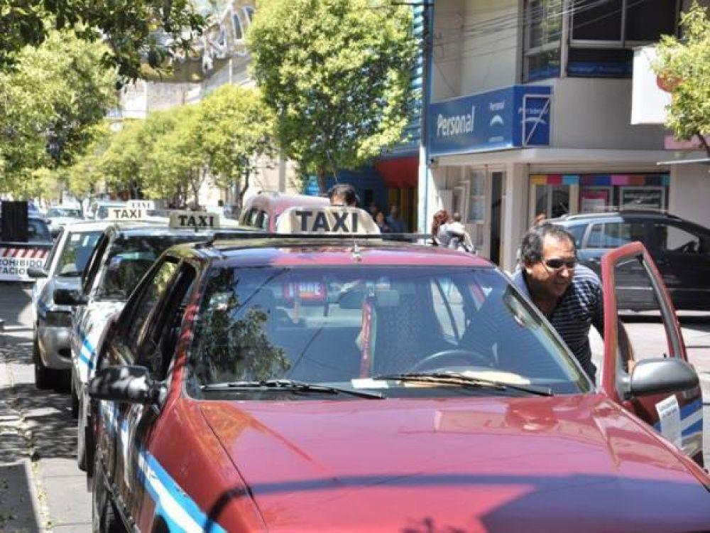Concejales piden que los taxistas usen un uniforme obligatorio