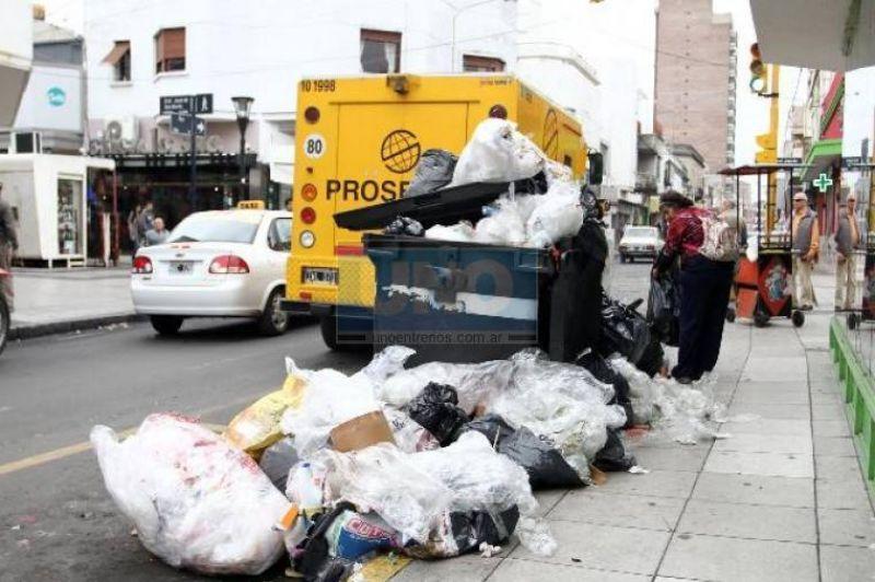 La basura sigue presente en las calles de Paran�