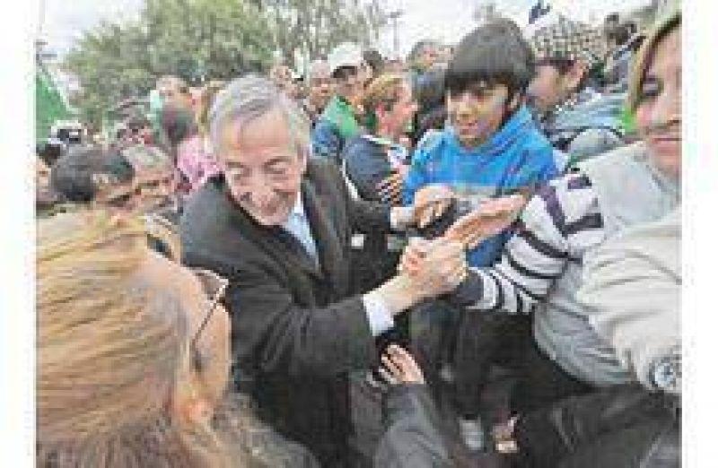 Kirchner se recuesta en brazos del aparato en el GBA y De Narváez espera una ola opositora
