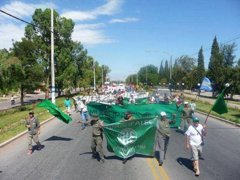Se profundiza el conflicto con municipales de Lavalle con acampe y encadenados en el municipio