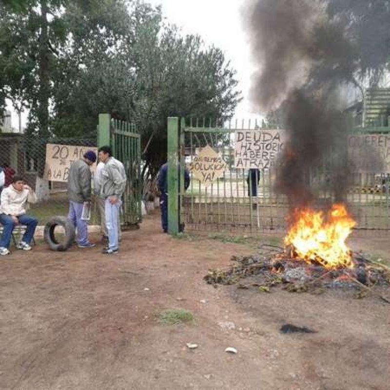 Trabajadores de Argelite reclaman el pago de sueldos frente a la planta