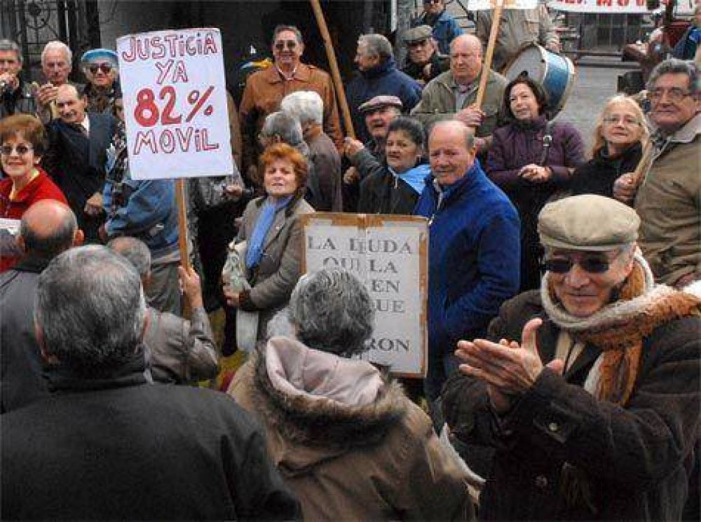 Jubilados: campaña de firmas por el 82 % móvil