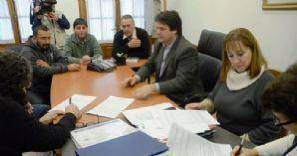 El gobierno convocó a gremios para negociar salarios