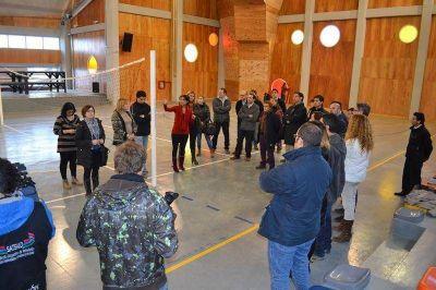 La Gobernadora y funcionarios de su Gabinete visitaron las instalaciones del nuevo edificio cultural y deportivo
