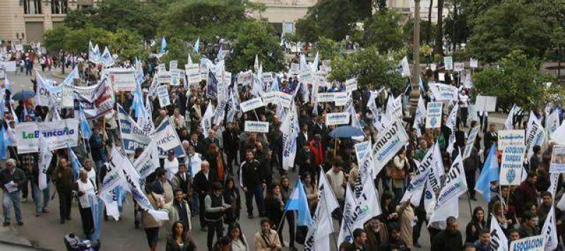 Multitudinaria marcha de La Bancaria en repudio al Gobierno y Cortalezzi