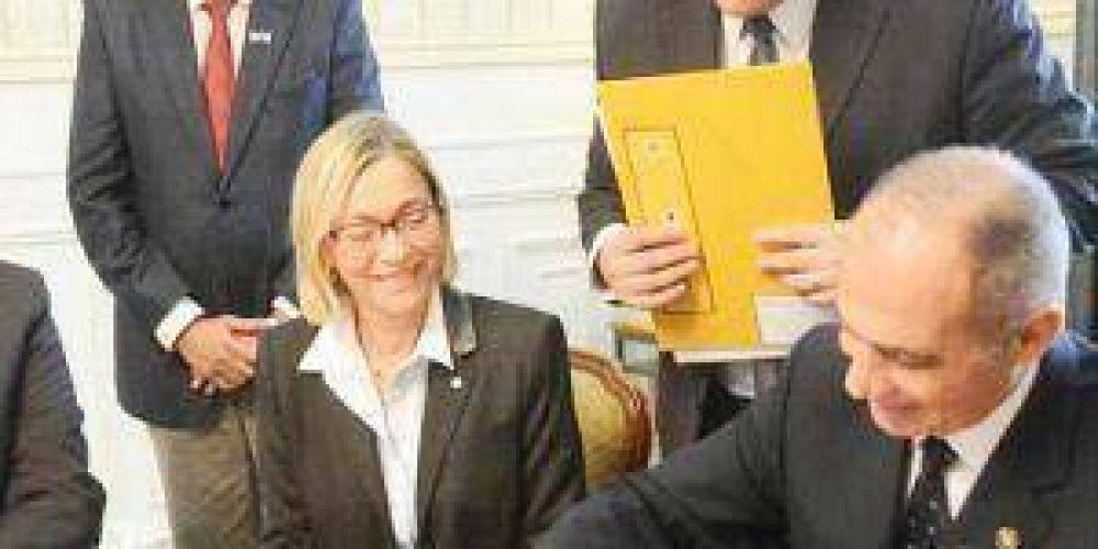 Firman convenio para facilitar cursado del doctorado de derecho en la UNNE