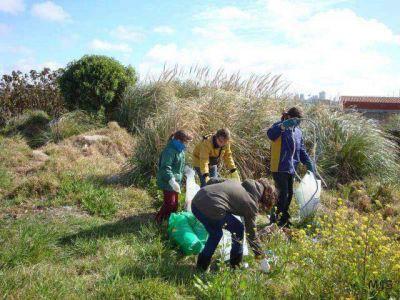 Alumnos universitarios organizan jornada de limpieza de la Reserva del Puerto