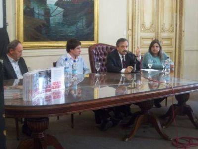 Alfonsín visitó la Feria del Libro de La Plata y presentó un ejemplar sobre su vida y mirada política