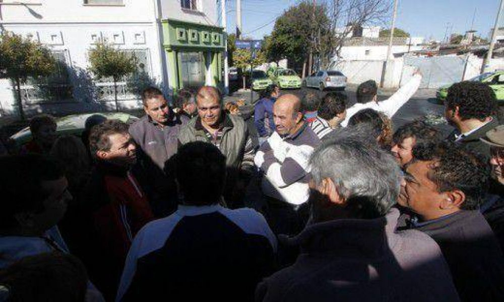 """Taxistas protestaron y denunciaron """"unificación encubierta"""" con remises"""