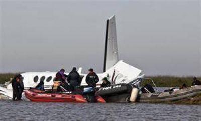 Se dificulta el peritaje del avión porque no lo pueden sacar del río