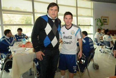 Manino Iriart con Messi antes de la despedida en el Único