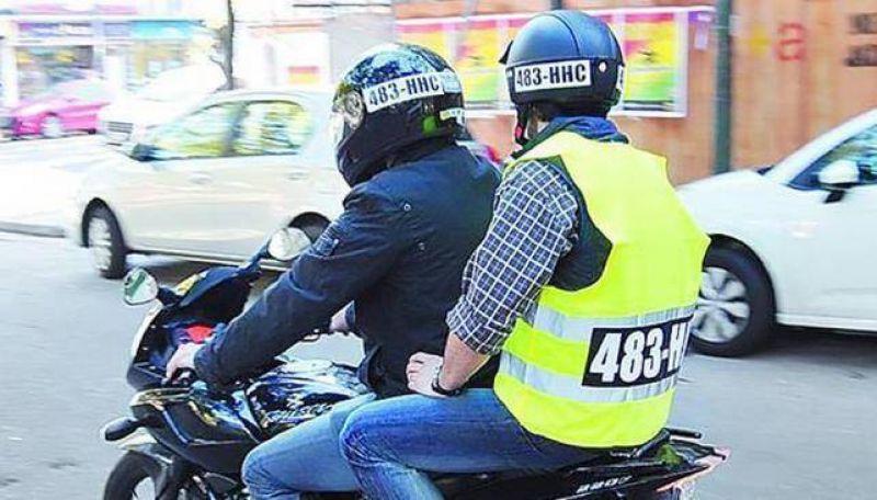Caravana de motos contra el casco y chaleco con patente