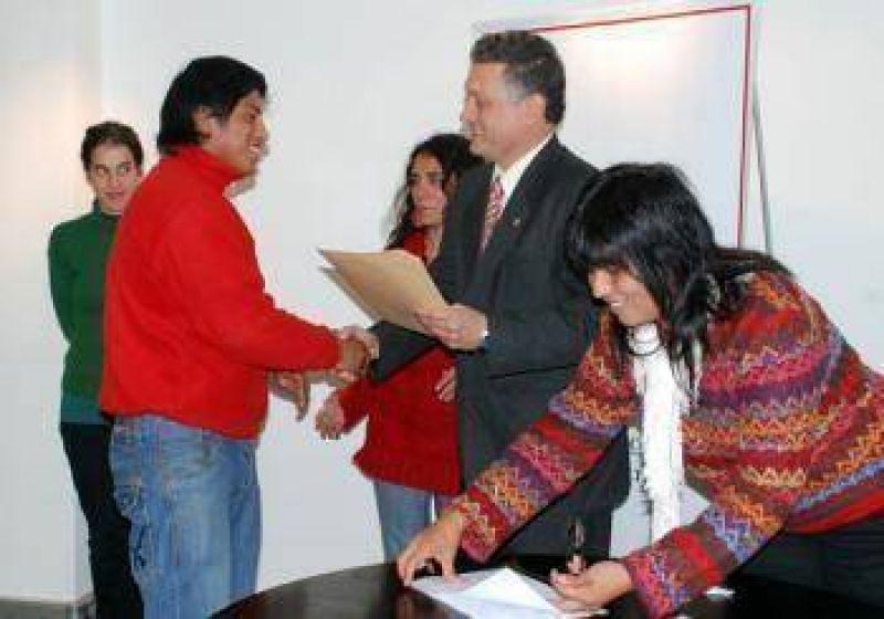El Estado entregó microcréditos a artesanos.