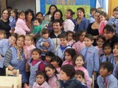 Juan Curuchet entregó sillas y mesas a autoridades del Jardín 910 de Chapadmalal