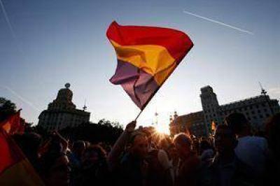 Miles de españoles marchan para exigir un referendo sobre la monarquía