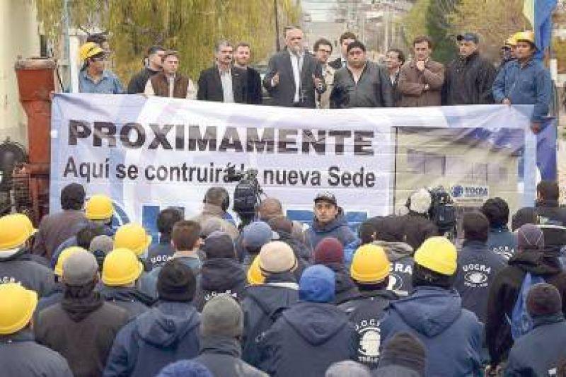 El gobernador anunció la construcción de más casas para trabajadores de la UOCRA