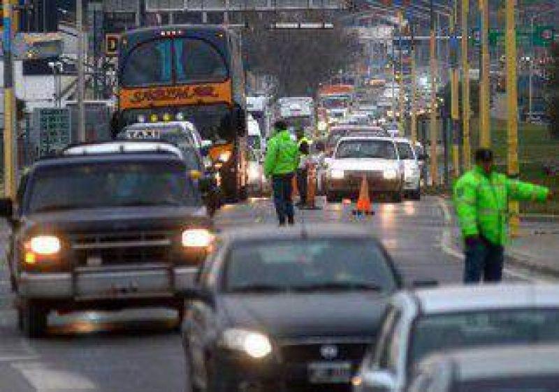 Trabajadores de CIPPA cortan el tránsito sobre uno de los puentes entre Neuquén y Cipolletti