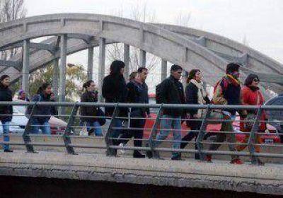 Caos y bronca por piquete en el puente carretero