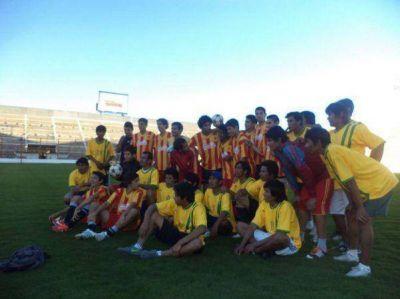Equipo de f�tbol Qom de Miraflores visit� el Club Sarmiento