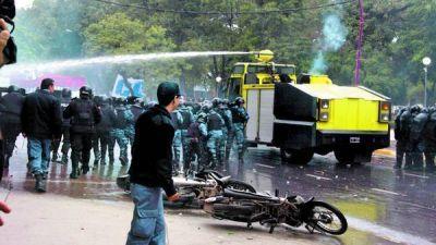 Dura represión policial en Chaco a una marcha contra el gobernador
