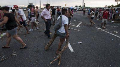 Vecinos de la Villa 31 cortan la autopista Illia por una protesta