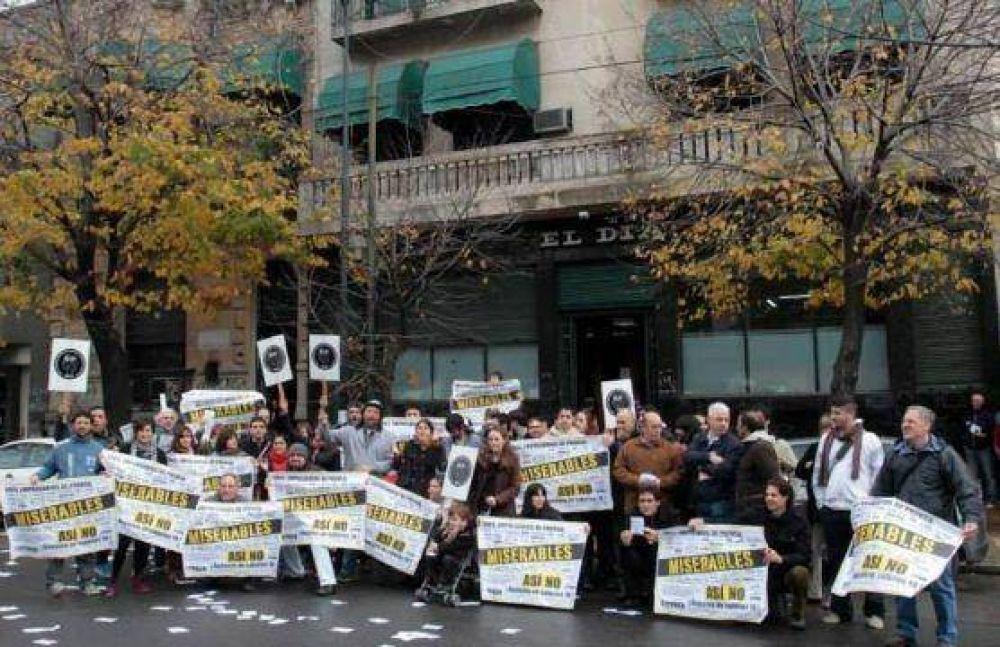 Trabajadores de prensa iniciaron un plan de lucha nacional en las puertas del diario El Día