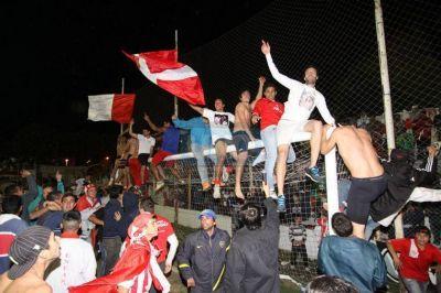 En una agónica definición por penales, Atlético Paraná ascendió al Torneo Argentino A