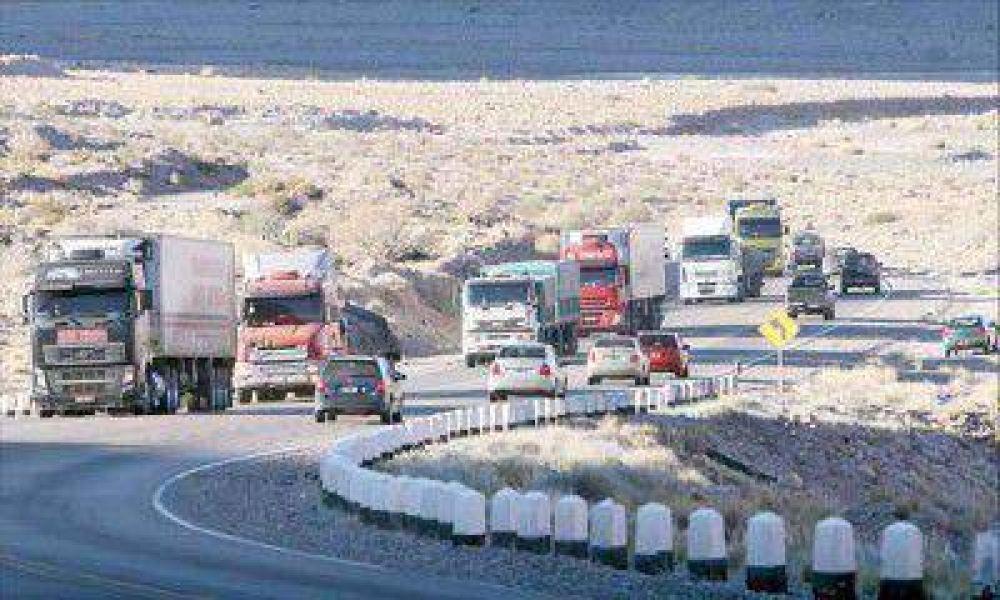 Unos 5.500 camiones están varados por el cierre total del paso a Chile