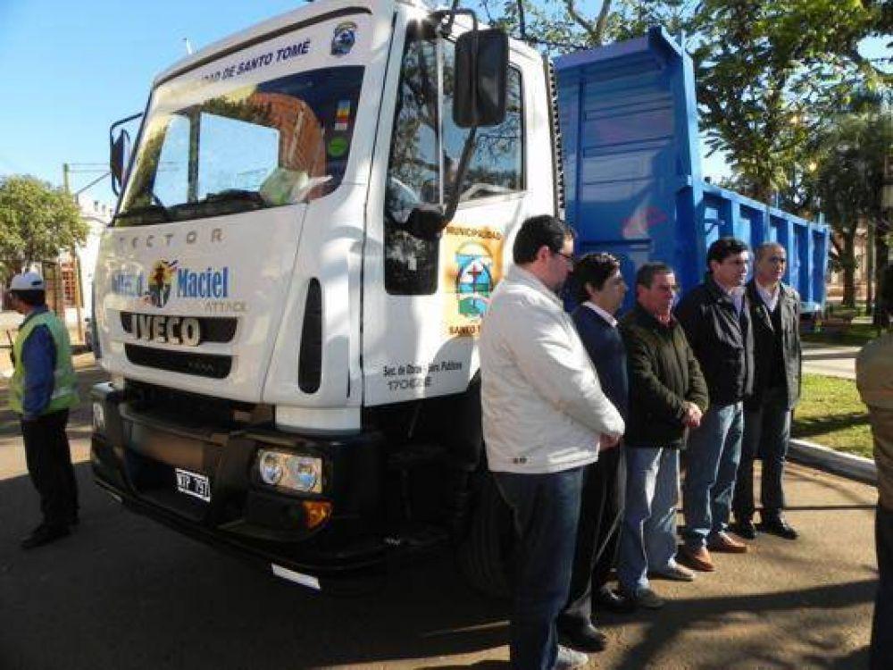 Giraud presentó un camión 0km para Obras y Servicios Públicos