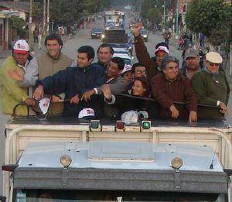 Una caravana interminable acompa�o a Fernando Yarade y Urtubey en Oran.
