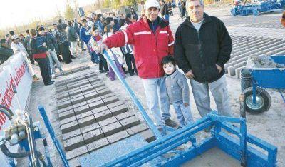 Entrega de maquinarias al sector ladrillero de Rivadavia