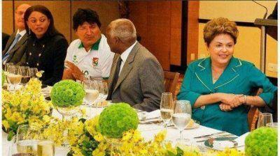 Evo Morales fue al encuentro de presidentes con la camiseta de Bolivia
