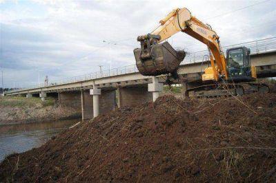 La empresa adjudicataria de la limpieza del río Luján inició sus tareas