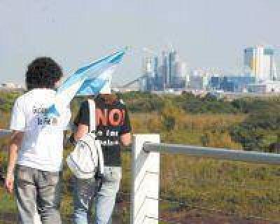 Los asambleístas avalan ir a La Haya por Botnia